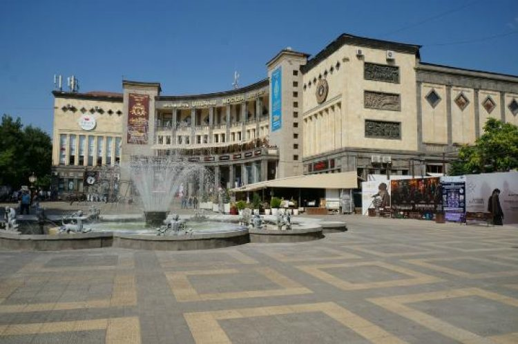 Площадь Шарля Азнавура Ереван