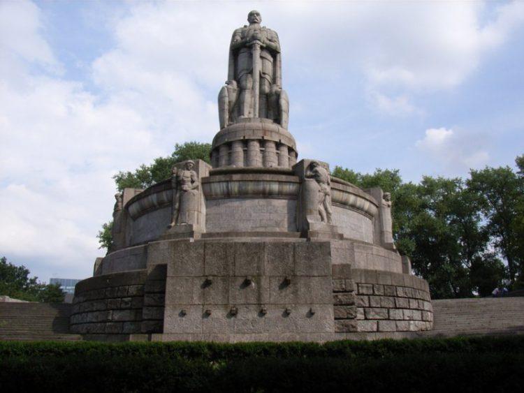 Бисмарк памятник